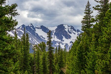 Dramatic forest and Indian Peaks near Red Rock Lake, Nederland, Colorado, on a spring day 版權商用圖片 - 149413939