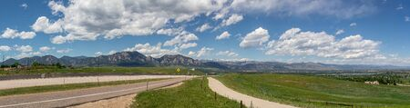 Panoramic view of Flatirons Mountains in Boulder, Colorado, on a Sunny Day 版權商用圖片