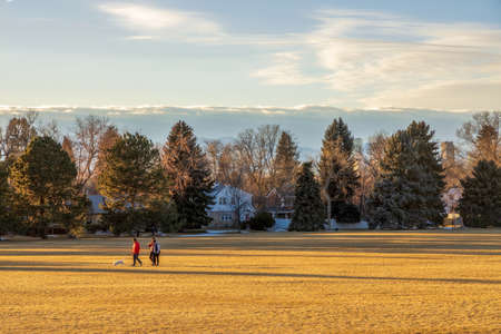Denver, Colorado - February 19, 2021: People enjoying a beautiful sunset in Cranmer Park, Denver, Colorado 新聞圖片