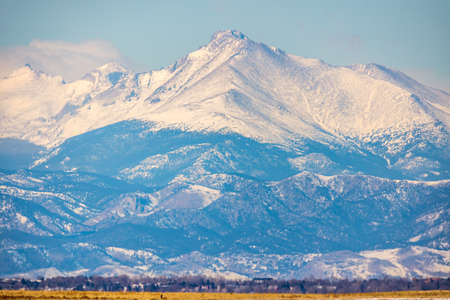 Snowy Mountain Ridge viewed from Rocky Mountain Arsenal National Wildlife Refuge, Colorado. 版權商用圖片