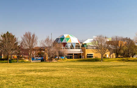 Albuquerque, New Mexico - April 2, 2021: New Mexico Museum of Natural History and Science, view from Tiguex Park 版權商用圖片
