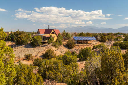 Scenic landscape with a house and solar panels on the Turquoise Trail near Albuquerque, New Mexico. 版權商用圖片