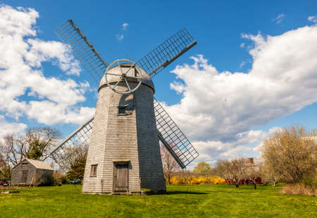 Shingled smock windmill at the Prescott Farm historic site in Middletown, Rhode Island 版權商用圖片