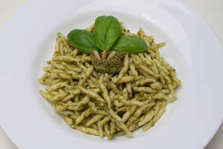 pinoli: Piatto tradizionale pasta alimentare su uno sfondo bianco