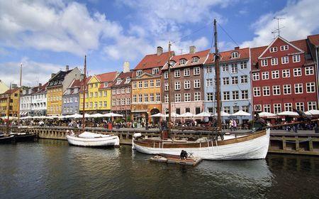 Colorful houses in Copenhagen, Nyhavn harbour photo