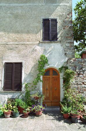 mediodía: Puerta en Italia con dos ventanas cerradas al mediod�a