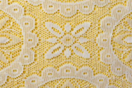 manteles: Encaje blanco sobre fondo amarillo Foto de archivo