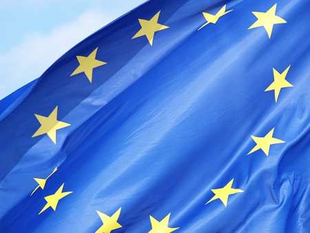 明るい青空にヨーロッパの旗のショット 写真素材