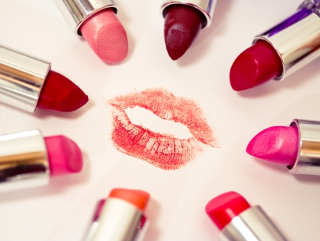 set of many colors of listicks in circle around lipstick kiss mark Banco de Imagens