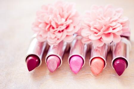 couleurs rouges à lèvres avec des pétales de fleurs