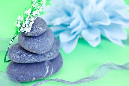 自然の美しさのケアと健康、スパの石と花