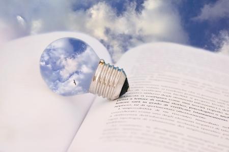 電球と本と概念のショット、教育は、心の力を与える