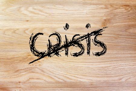 """tachado: la palabra """"crisis"""" con tachado, fin de la crisis y el nuevo crecimiento Foto de archivo"""