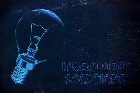 investment solutions: Ideas brillantes para soluciones de inversi�n, ilustraci�n con la bombilla de bienes