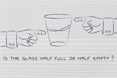 ガラス半分または半分は空です: ビューの反対側の地点から指差し手