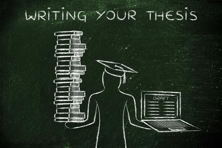 La escritura de su tesis: estudiantes graduados que sostienen una gran pila de libros y un ordenador portátil con el proyecto de tesis Foto de archivo