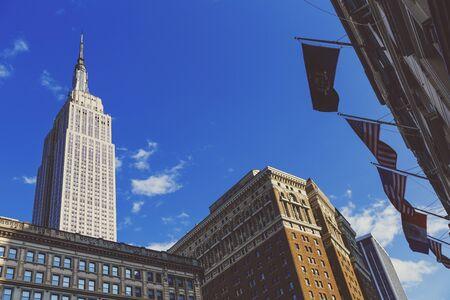 NEW YORK, NY - 3 settembre 2017: Vista dell'Empire State Building visto da Herald Square a Midtown Archivio Fotografico - 86777190