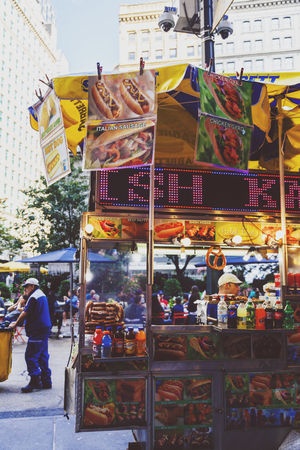 NEW YORK, NY - 3 settembre 2017: stand Hot dog in Herald Square a Midtown Archivio Fotografico - 86777259