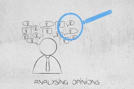 意見概念図を解く:虫眼鏡が付いたスピーチバブルのアイデアを持つ人