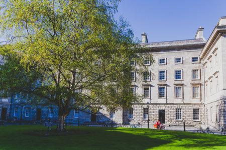 DUBLIN, IERLAND - 25 april 2018: uitzicht op de binnenplaats van het beroemde Trinity College in het centrum van Dublin Redactioneel