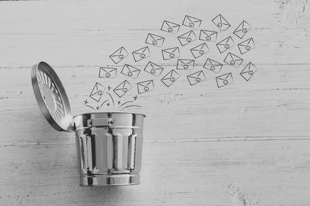 gruppo di e-mail che finiscono nel cestino, metafora di spam o svuotano la posta in arrivo Archivio Fotografico