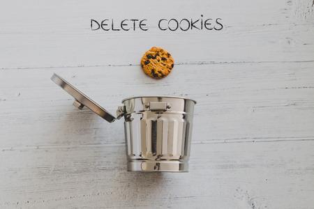 cookie gaat naar de prullenbak met tekst Verwijderen, metafoor over websitecookies en technologieën voor het volgen van gebruikers Stockfoto