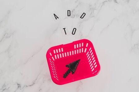aggiungi al carrello e concetto di shopping online, messaggio sulla scrivania con carrello e icona del puntatore del mouse al suo interno