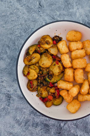 healthy plant-based food recipes concept, sauteed mediterranean vegetables with soy sauce and wir fried potato royals Zdjęcie Seryjne