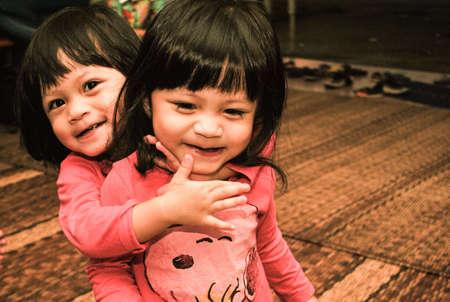 bambine gemelle: Due gemelle che abbracciano