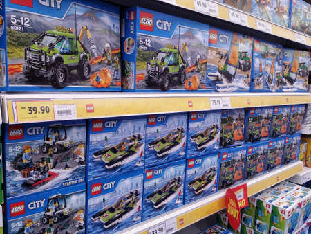 KUALA LUMPUR, MALEISIÃ‹ - MEI 20, 2017: Verscheidenheid van Lego-stuk speelgoed bij Supermarkt. De koffie is een lijn van plastic bouwspeelgoed dat door de Lego-Groep, een bedrijf wordt vervaardigd in Billund, Denemarken wordt gebaseerd dat. Redactioneel