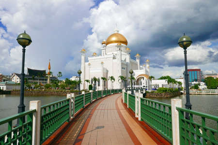 View of Sultan Omar Ali Saifuddin Mosque, Bandar Seri Begawan, Brunei, Southeast Asia with dramatic clouds. 스톡 콘텐츠
