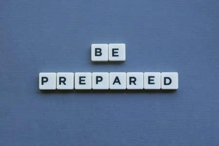 « Soyez prêt » mot fait de mot de lettre carrée sur fond gris.