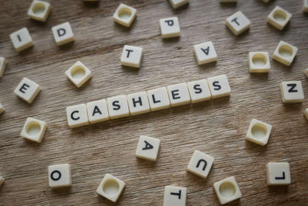 Cashless word made of square letter word on wooden background. Banque d'images - 144127890