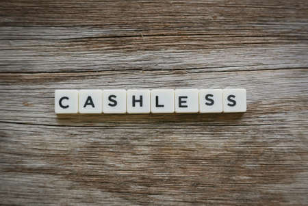 Cashless word made of square letter word on wooden background. Banque d'images - 144127904