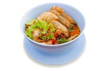 白い背景に取り出された白いボウルのエビ麺。