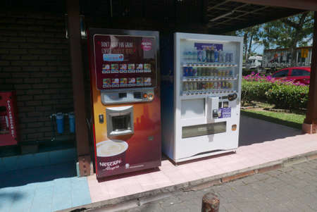 KULIM,MALAYSIA - CIRCA FEBRUARY,2020 : Variety of drinks vending machine. 新聞圖片