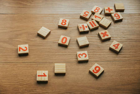 Selective focus of wooden numbers and four basic operations of elementary arithmetic. 版權商用圖片