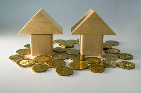 viviendas: Concepto de la cubierta del préstamo. Casa de madera del bloque y monedas