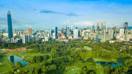 Foto aérea del paisaje urbano y hermoso amanecer en Kuala Lumpur, Malasia