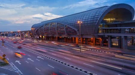 Tráfico en la estación LRT de Puchong, Kuala Lumpur, Malasia