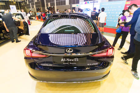 SINGAPORE - JANUARY 12, 2019: Lexus ES at the Singapore Motorshow Redactioneel