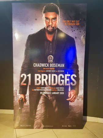 KUALA LUMPUR, MALAYSIA - DECEMBER 31, 2019: 21 Bridges movie standee, is a 2019 American action thriller film directed by Brian Kirk. 新聞圖片