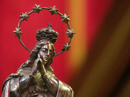 immaculate: Una estatuilla de plata de la Inmaculada Concepci�n en Cospicua, Malta. Foto de archivo