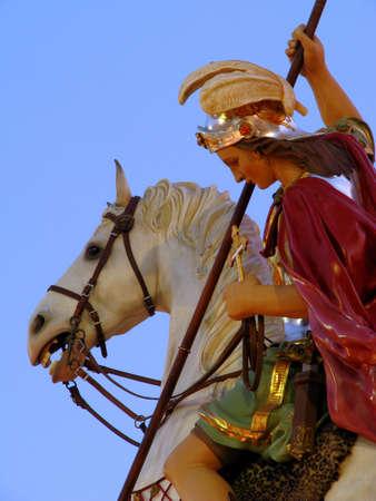 papier mache: Una estatua de papel mach� de San Jorge, que forma parte de una serie de decoraciones de la calle para la fiesta del mismo santo en Qormi, Malta. Foto de archivo