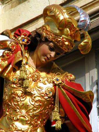 papier mache: Una estatua de papel mach? de San Jorge, que forma parte de una serie de decoraciones de la calle para la fiesta del mismo santo en Qormi, Malta.