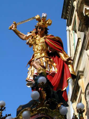 papier mache: Una estatua de papel mach?e San Jorge, que forma parte de una serie de decoraciones de la calle para la fiesta del mismo santo en Qormi, Malta.