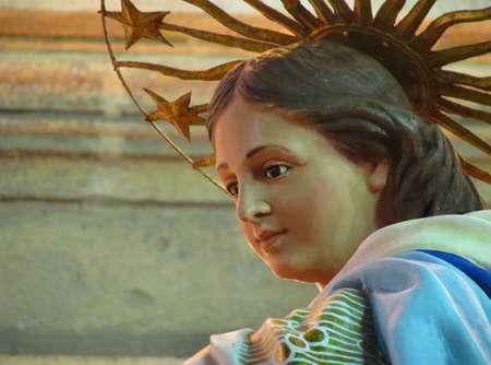 papier mache: Un detalle de una estatua de cart�n piedra de la Inmaculada Concepci�n, que forma parte de la decoraci�n de una calle para la fiesta de la Inmaculada Concepci�n en Cospicua, Malta
