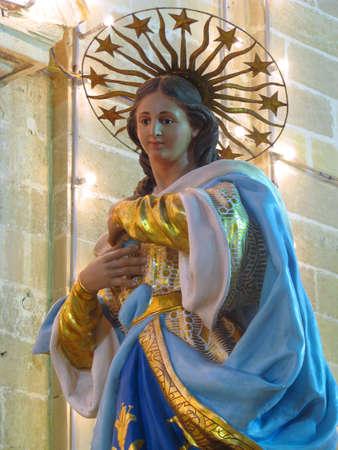papier mache: Una estatua de cart�n piedra de la Inmaculada Concepci�n, que forma parte de la decoraci�n de una calle para la fiesta de la Inmaculada Concepci�n en Cospicua, Malta