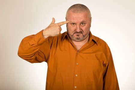 hombre disparando: Hombre disparando su propia cabeza con los dedos