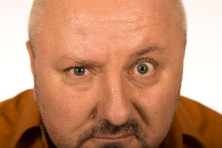 hombre calvo: Hombre con grandes ojos mirando a usted sobre fondo blanco Foto de archivo